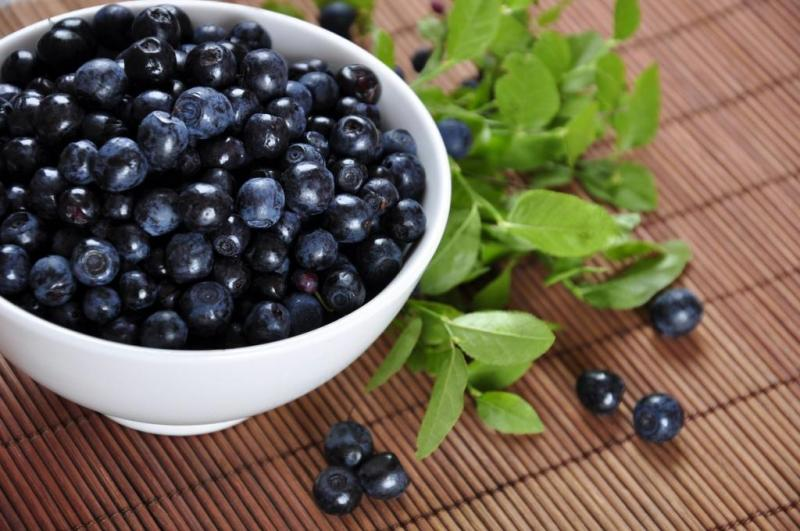 Among all the types of blueberries available so as to get most advantages of this fruit it's suggested to go with those which are deeper in color since it is the proof of them having increased number of antioxidants additionally having lesser rank on GI therefore this can not be problematic even for people suffering with diabetes to consume. Blueberries are also known to regulate sugar levels in patients who are troubled with type two diabetes, also raw consumption of this fruit is known to give additional advantages than those in the other cooked form. Frozen berries aren't known to be void of all the useful antioxidants and deprive our body from taking advantage of this.
